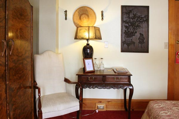 Charlie Chaplin Room - Side Table & Lamp