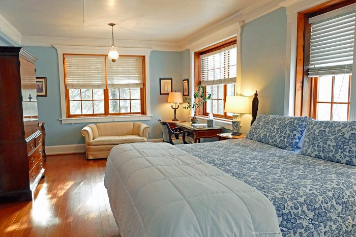 Robert Frost Room - Dresser & Bed